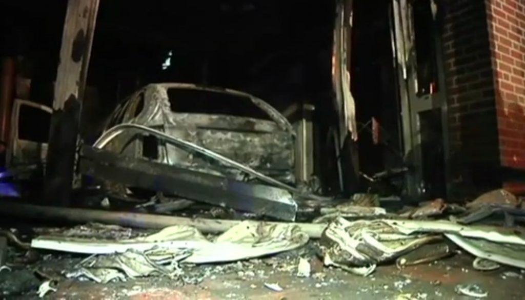 Auto rast in Haus und setzt Gebäude in Brand