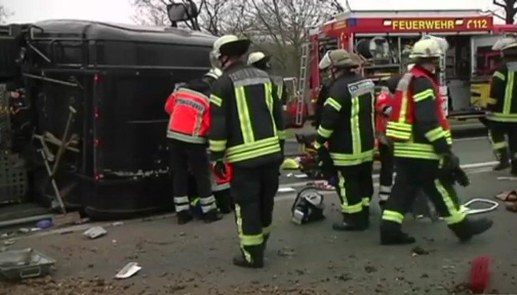 LKW kippt auf B403 um - Fahrer schwer verletzt