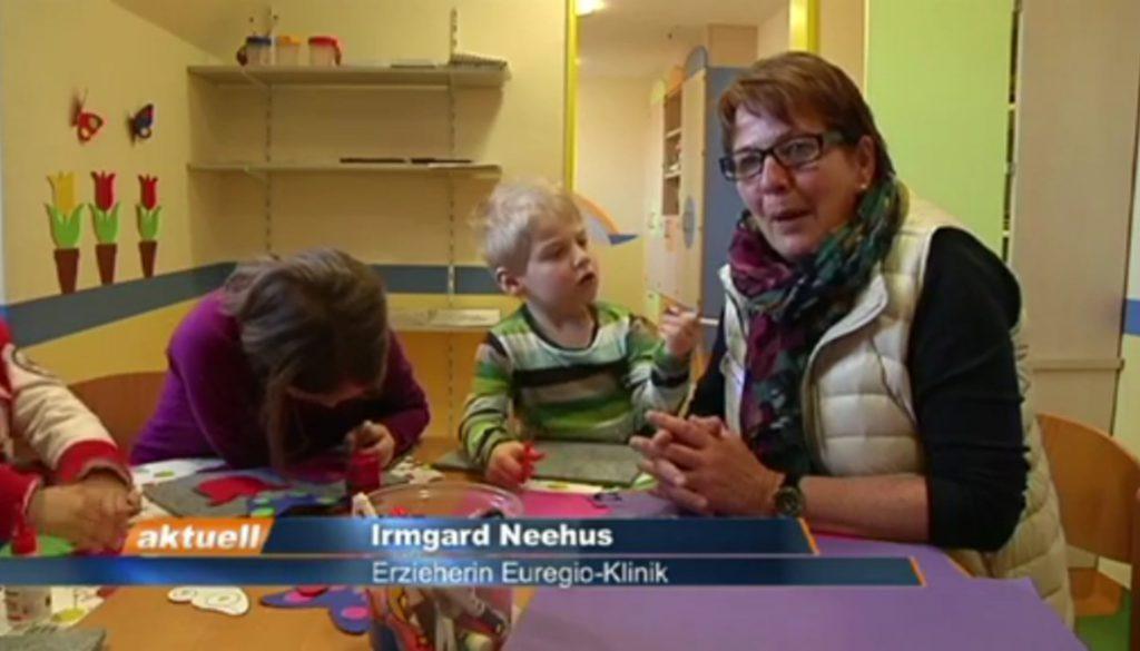 Erzieherin betreut Kinder und Jugendliche in Euregio-Klinik