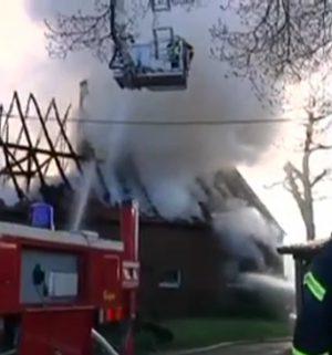 Flammen zerstören Wirtschaftsgebäude