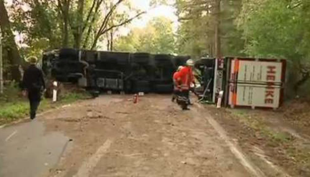 LKW verunglückt: Beifahrerin kommt ums Leben