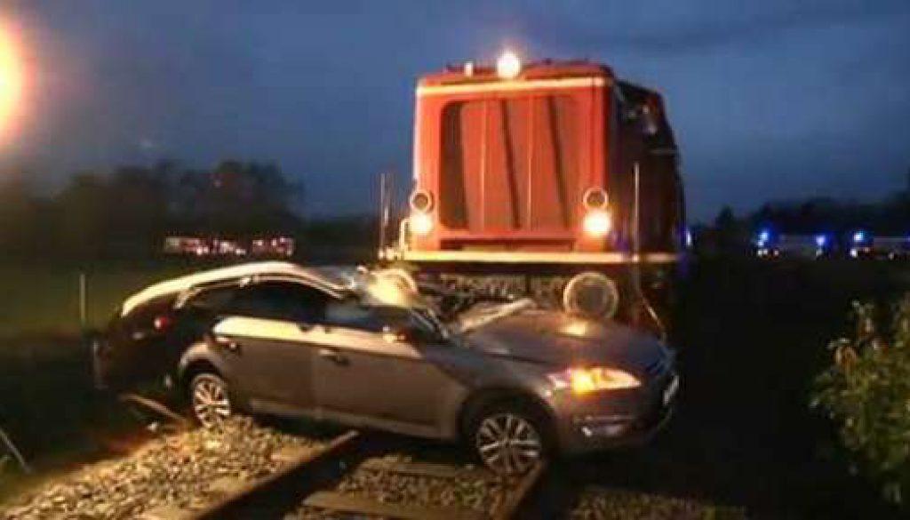 Schwerer Unfall: Zug erfasst PKW