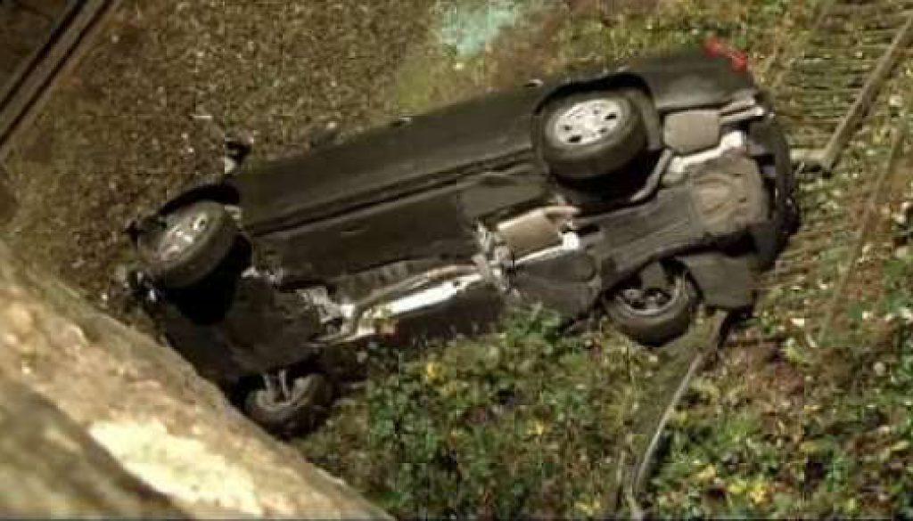Auto stürzt 10 Meter in die Tiefe