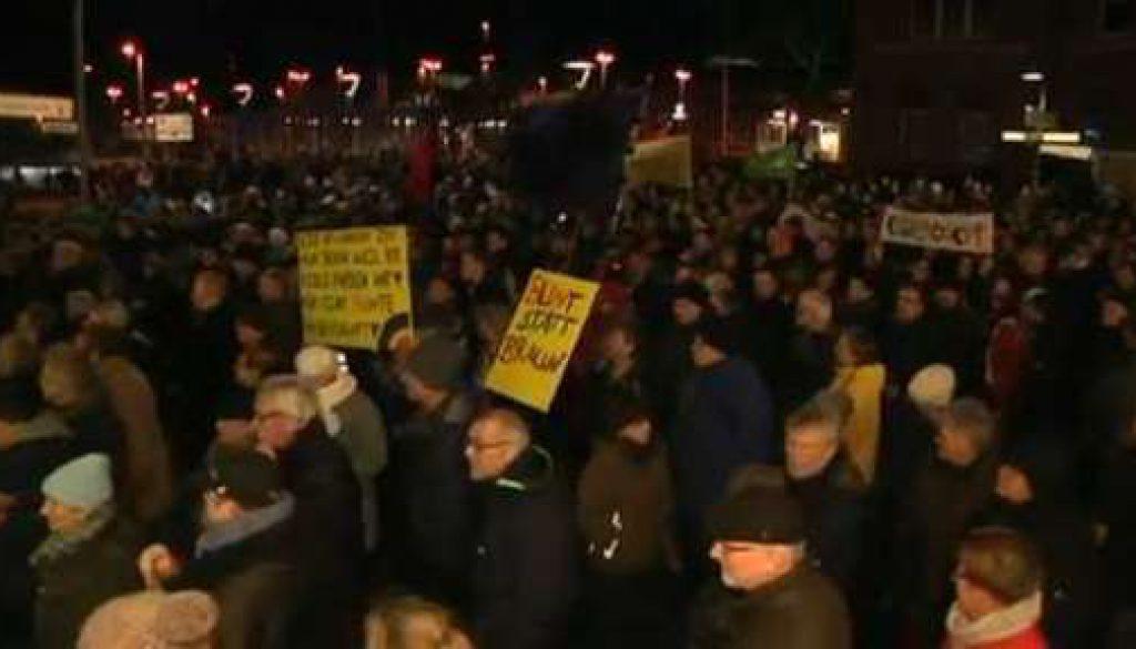 Mehr als 2000 Menschen demonstrieren in Lingen gegen Pegida