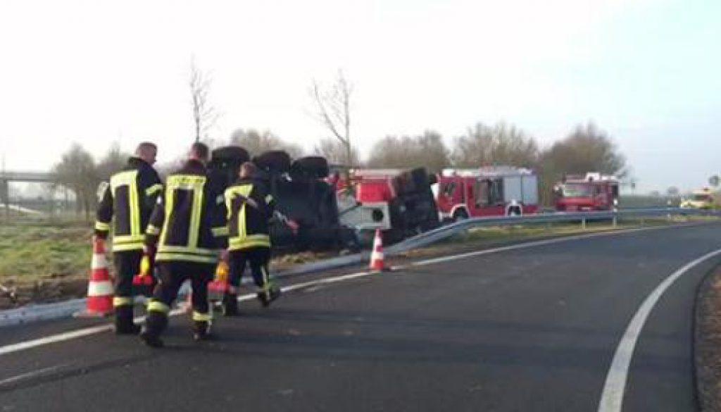 LKW kippt in Autobahnausfahrt um