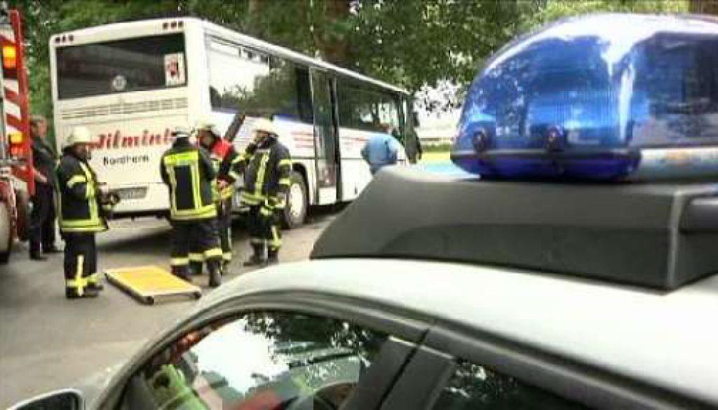 Schwerer Verkehrsunfall: Lkw prallt gegen Bus