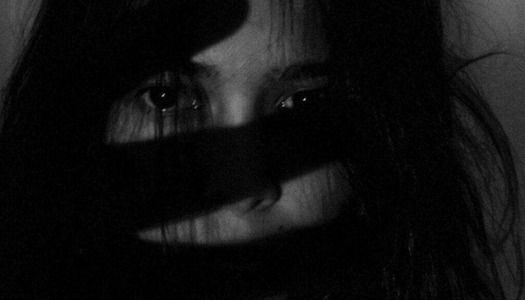 Screen_Vergewaltigung_Gewalt gegen Frau_Frau_verletzt_symbol